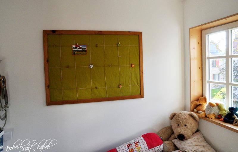Menschen(s)kinder-Blog-Hop: Bettnische Kinderzimmer Pinnwand mit Stoff