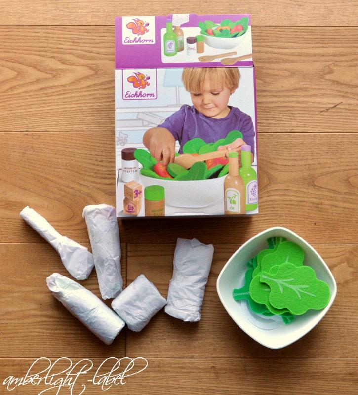 Spiel(zeug)rezension: Salat Set mit Gemüse, Salz- und Pfefferstreuer, Essig und Ölflasche, Schüssel, 28-tlg., Eichenholz von Eichhorn