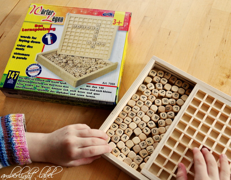 Holzspielzeug Schulkind Wörter legen Buchstabenkasten