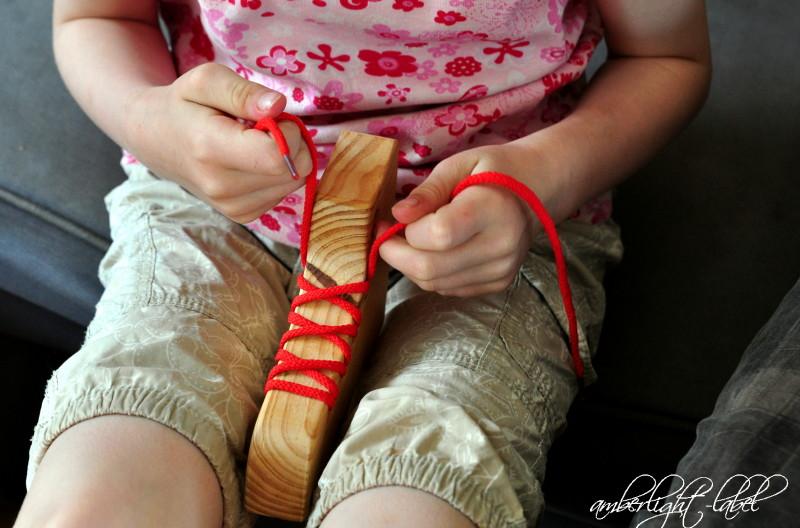 Schleife binden Fädelschuh Knoten lösen Schulkind